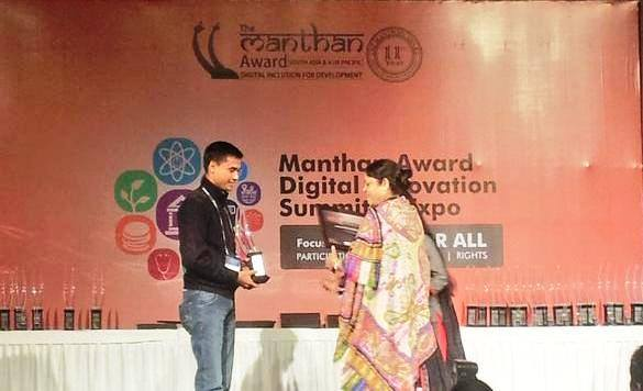 Bhaskar Bhuyan receiving the Manthan Award from Dr Poonam Muthreja, Executive Director, PFI